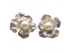 Brinco flor em prata com pérola